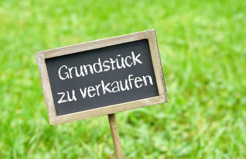 Schild mit Hinweis auf Grundstücksverkauf